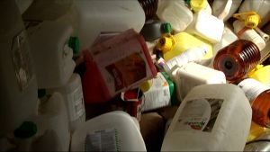 Toma dunkar av bland annat glyfosat i en jordbrukares bod.