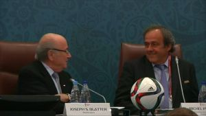 FIFA:n puheenjohtaja Sepp Blatter ja vahvin seuraajaehdokas Michel Platini