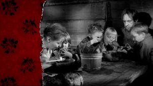 Bild ur filmen Punainen viiva, med en ätande famils