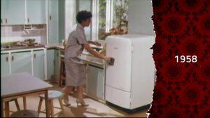 En kvinna öppnar en kylskåpsdörr, 50-talet