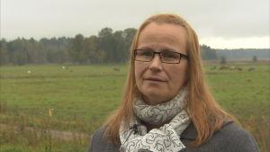 Djurskyddsombudsman Sari Salminen intervjuas för Spotlight Yle/Fem i Vik Helsingfors