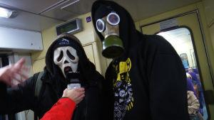 Rapgruppen Likanen Etelä rappar på Y-tåget.