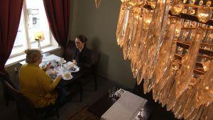 Pia Maria Montonen samtalar med Pia-Maria Lehtola på ett café