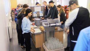 Oppilaat jonottavat kouluruokaa