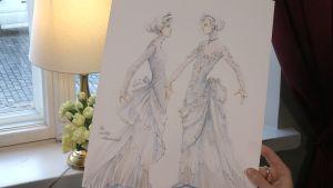 Två damer i vita spetsklänningar, skissade.