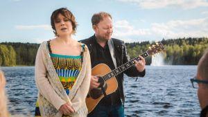 Laulaja Emma Salokoski ja kitaristi Peter Engberg. Kuvakaappaus 1. jaksosta.