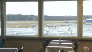 Näkymät Malmin lentokentällä Gate1-ravintolan ikkunasta.