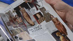 Brokadkläder i en tidning.