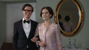 Sami Sykkö och Pia-Maria Lehtola står framför en spegel.