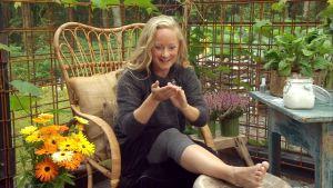 Alexandra De Paoli lägger kroppssmör på benen.