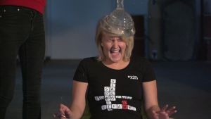 Fredrika Lindholm från Succémorgon på Radio X3M får en vattenfylld kondom på huvudet då hon prövar The Condom Challenge