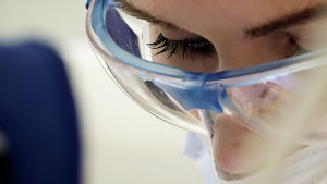 hammaslääkärin katse kun hän tekee hammastarkastusta