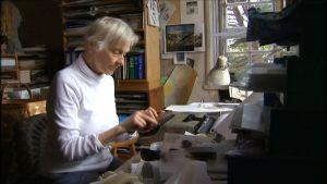 Irmelin Sandman Lilius vid skrivbord