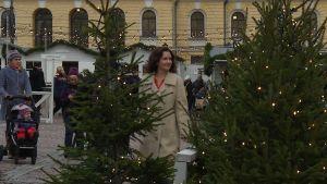 Pia-Maria Lehtola går förbi en julgran på Senatstorget