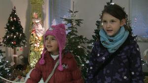 Emilia och Laura har lämnat in sina brev till Christkind.