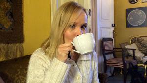 Toimittaja Riikka Holopainen nauttii teetä Kahvila Majurskassa.