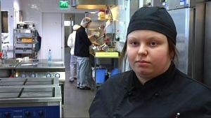 Kockstuderande Ceilia Henriksson i Axxell.