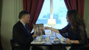 Kenneth Katter och Pia-Maria Lehtola sitter vid ett cafébord