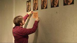 Serietecknaren Tiitu Takalo ställer i ordning en utställning.
