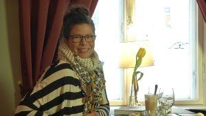 Prisca Leclerc sitter på ett café
