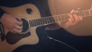 Mies ja kitara.