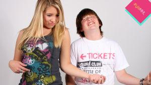 teinityttö ja teinipoika soittaa ilmakitaraa