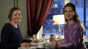 Kirsi Pullinen sitter med Pia-Maria Lehtolapå ett café.
