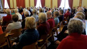 Eläkeläisiä keskustelutilaisuudessa Hämeelinnassa 2016.