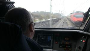 Vy från lokförarens fönster i ett schweiziskt tåg