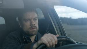 Jussi ajaa autoa elokuvassa Jättiläinen