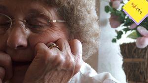 Mummo nojaa käteensä.