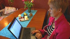 Birgitta Udd vid sin dator.