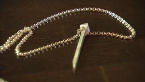 En silver spik i ett smycke,