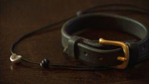 Ett armband av hästskinn.