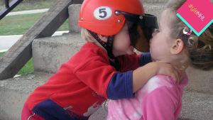 Poika pussaa tyttöä