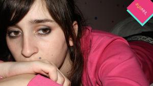 surullinen nuori nainen
