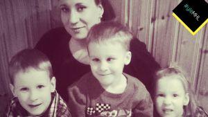 Kolmoset ja äiti Maria Rinne
