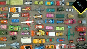 Pikkuautoja ja lentonkoneita ylhäältä kuvattuna.