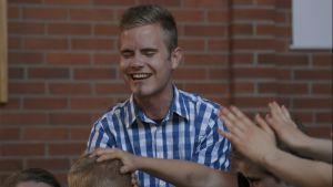 Patrick Tiainen utför handpåläggning.