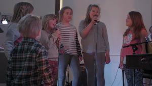 Barnen sjunger i kyrkan.