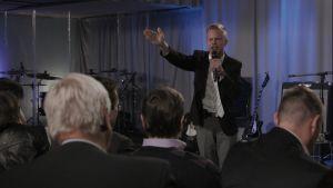 Patrick predikar inför församlingen.