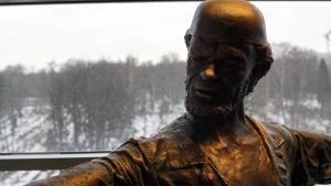 Lähikuva Spede-patsaasta.