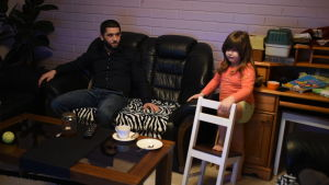 Seval Bitic sitter med sin dotter Latifa
