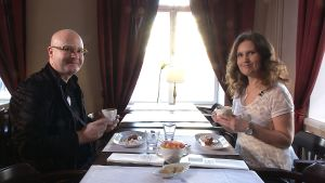 Sami Rinne sitter på café med Pia-Maria Lehtola