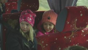 """Eerika 9 år (till vänster) får """"vargskjuts"""" hem från skolan eftersom hon bor inom vargreviret."""