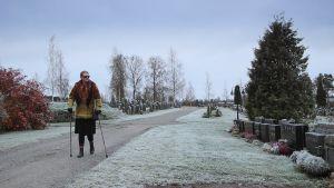 Marianne besöker begravningsplatsen.