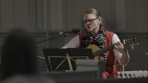 Marianne spelar och sjunger i kyrkan.