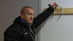Valmentaja Marko Salon puhuttelee pelaajia pukuhuoneessa ennen ottelua.