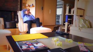 Heikki Heinonen hoitaa työasioita kotonaan.