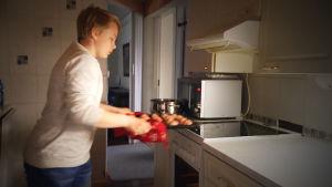 Jami Uotila laittamassa ruokaa.